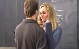 Mollige Studentin treibt es mit sich das Körper
