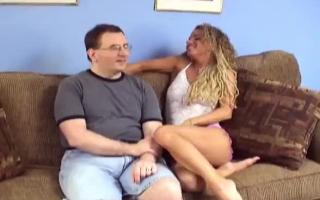 Dieser Typ drautet seine jüngerliche Frau anal