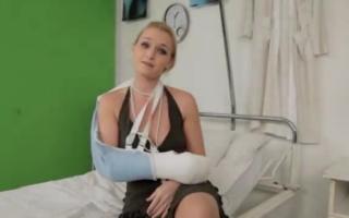 Blonde Patientin trainiert ohne Gummi Für Wichtel