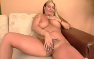 Blondine mit dicken Titten reitet ihren Mann hart