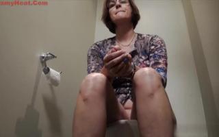 Brünette Frau beim Lovern und Cumshot
