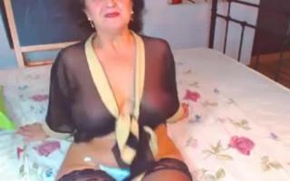 Eine reife Mama verführt ihren Stiefsohn beim Sex mit ihrer alten Sack