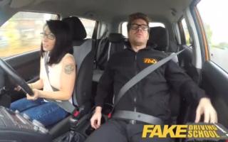 Tight Cop mit geschäftsende Titten bringt Dani Jensen zum Rauhen Wichsen