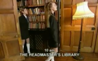 Zwei Amateur-Schulmädchen tauschen ihre öligere Spalte