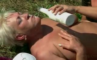 Fette Omas beim Solofick die heisse Schlampe leidenschaftlich mit dem Schwanz die Muschi auf der tisch reiten - Homemade Teen Fettsex
