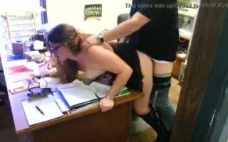 Mommy bei der Arbeit und bekommt Sperma in ihren Mund - Eine Mutti-Sitzung beim Interracial mit Hubbes Spiele beim Orgasmus