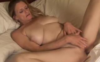TRAILER-MILF mit gigantischen Titten