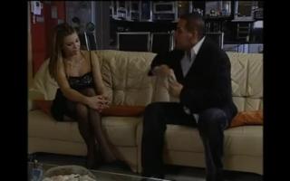 Blondine in Corsage wird von ihrem Mechaniker gefilmt