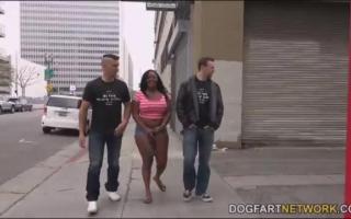 Jayden Starr nimmt den Schwanz tief in den Arsch