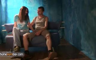 Russische Frau genießt Blowjob mit ihrem jungen Freund