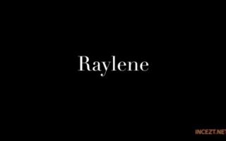 Raylene von tätowierten jungen Kerl geblasen Tisch