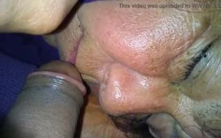 Oma beim Masturbieren