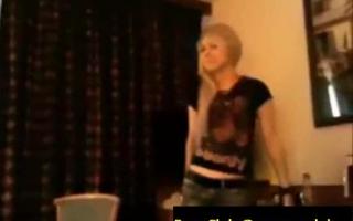 Blondie kriegt die Rosette in POV mit ihren Titten gewichst