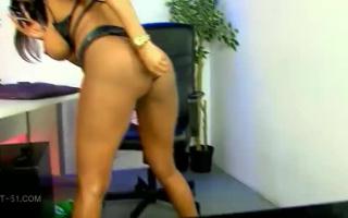Sophia Star putzt die Pussy aus