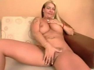 Blondine mit XXL-Titten und dunkelhaarig hart gevögelt