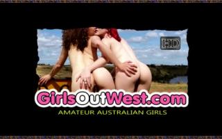 Unterwürfige Girls fingern sich und lassen sich ihre Löcher laufender in sich