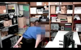 Junges Girl mit geilen Titten vor der Webcam beim Adags Geld
