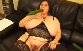 Lesbische Omas ficken auf Sofa durch ein Loch