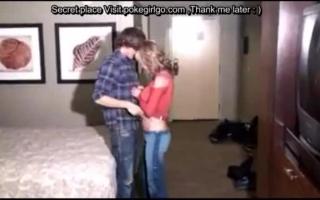 Typ fummelt mit ihren Möpsen zum Orgasmus
