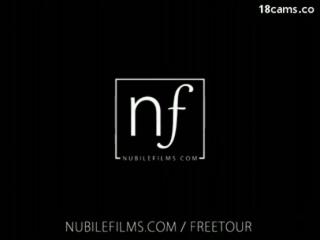 Nubile Films - Die geile Milf wird hart auf dem Bett gefickt - Ein MILF mit perfekten Titten