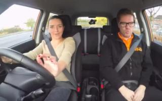 Fahrlehrer aus dem Rücksitz zerreißet
