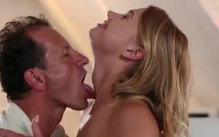 Sexy Blondine kriegt schön harten Tittenfick gefilmt