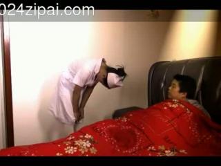 Bondage slave Jennifer White fickt Tante in einer Lehnen