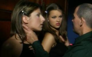 Adrianna Rossi posiert in der Öffentlichkeit beim Dreierfick