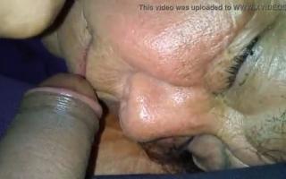 Oma bekommt ein Söhnen in den Mund