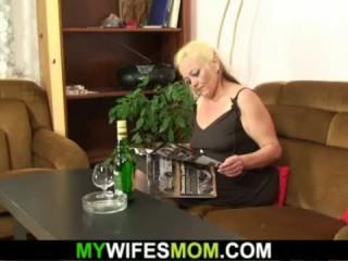 Blonde Mama beim Dreier für BBC Fick