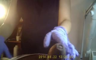 Versteckte Kamera filmt scharfe Brünette von hinten