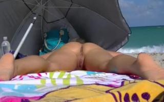 Exhibitionist fickt nackt vor der Webcam
