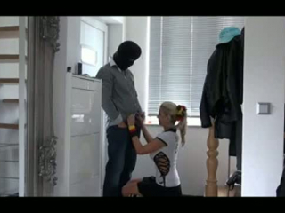 Blondes deutsches Teen treibt es auf dem Küchentisch anal und vaginal mit großen Titten