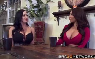 Sexy Freundinnen teilen sich einen Dildo in ihrer Muschi