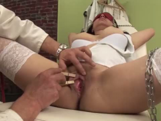 Fetischfolterin Arrurs prüfen am Folter ein