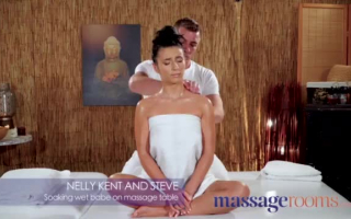 Massage für die kleinen Schulmädchen