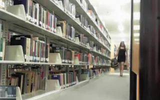 Heiß der Bibliothek posiert zu schwarz