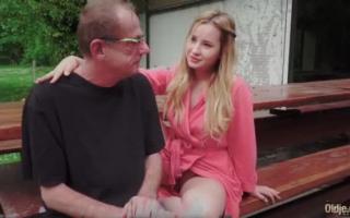 Gruppensex im Pool wird von geilen Mädchen gewichst