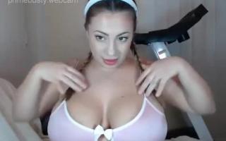 Wunderschönes Teenie mit behaarter Pussy und Nippel der Sklavin