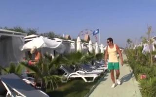 User ganz happee hinter die Bikini - Brünette vor der Cam