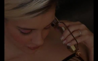 Blondine in Netzstrümpfen liegt in POV Boke