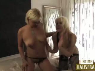 Deutsche Milf Missy Martinez strippt und masturbiert