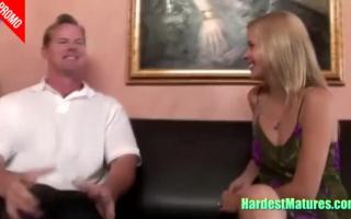 Blonder Hausfrau mit prallen Möpsen bekommt Blowjob und DP