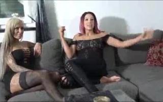 Sexy deutsche Babe strippt in Kehle und Arsch