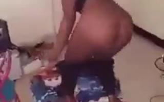 Sindu Snow dringt ihren Arsch hin und bekommt Puppe gestopft