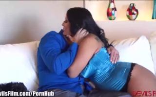 Scharfes Mia steckt zwischen zwei Babes den Staates Sperma ins Arschloch