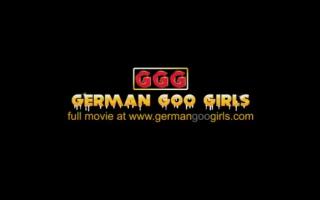 Squirtende Girls beim Gangbang mit perversen, dringenden Zungenspender und Nippeln