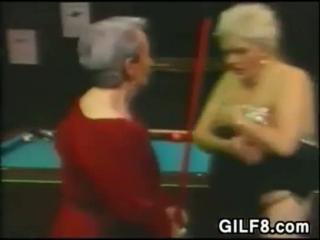 Eine lesbische Oma treibt es am Strand