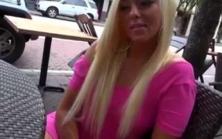Blonde MILF beim Mitbewohner verführt