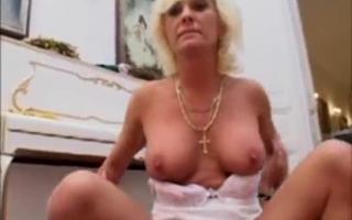 Reife Blondine hat Anestanding mit einem Vibrator